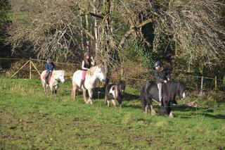 Balade en poney pour les enfants à l'occasion de chaque stage